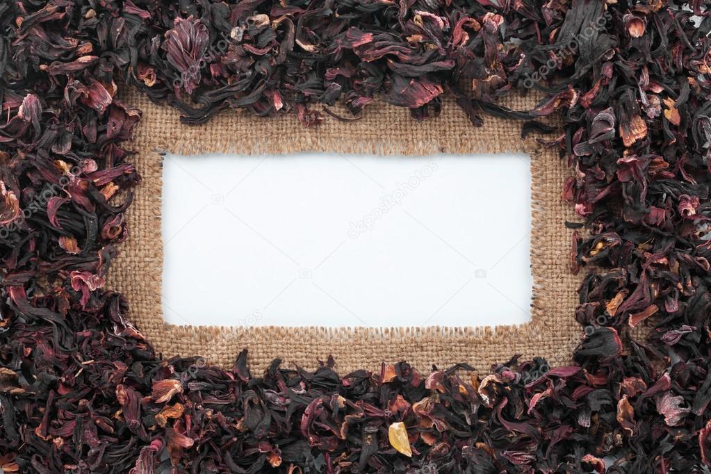 Marco hecho de arpillera e hibisco seco se encuentra en fondo blanco ...
