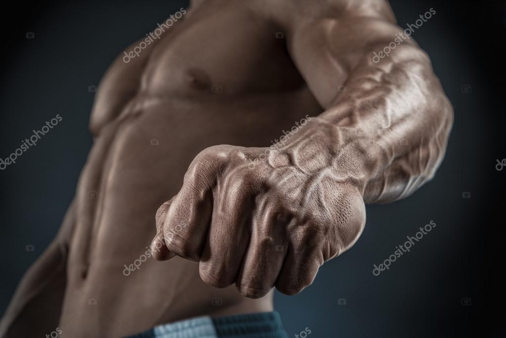 Primer plano de atlético musculoso brazo y torso — Fotos de Stock ...