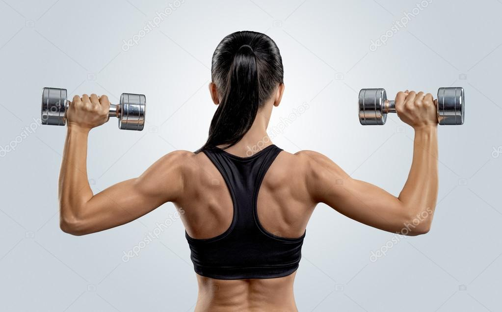 Mujer fitness en músculos del entrenamiento de la espalda con ...