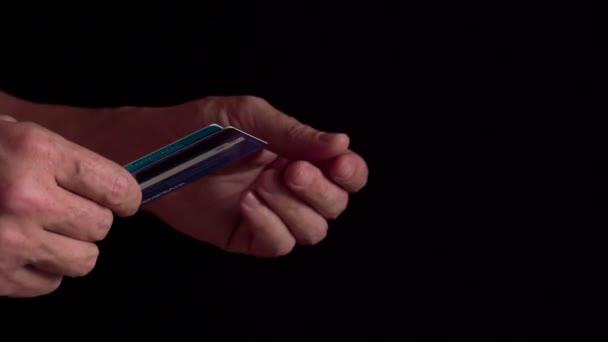 muž držení platební karty