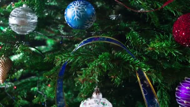 Čekám na vánoční zázrak. Vánoční stromečky zdobené jiskřivými girlandami a vánoční ozdoby se pomalu pohybují před fotoaparátem