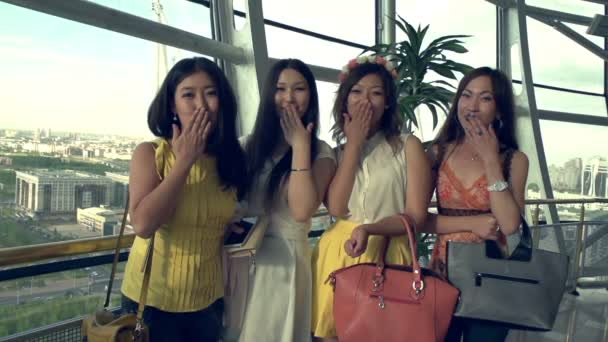 čtyři krásná Asiatka vlídně mával