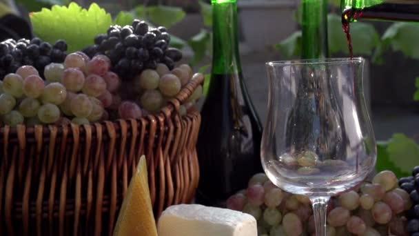 Červené víno nalité do sklenice.