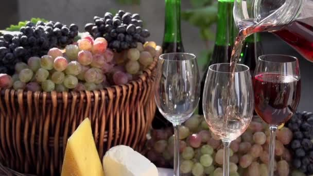 v nalil sklenici vína