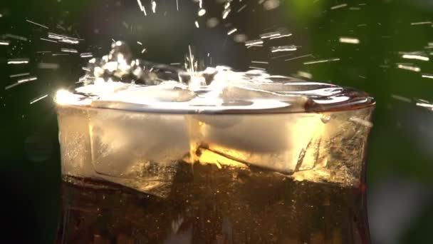 Vířící kostky ledu do sklenice