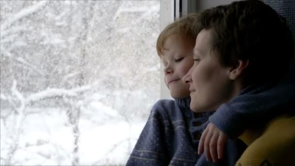 Matka se synem při pohledu z okna