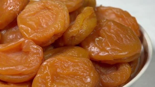 Světlé sušené meruňky na desce