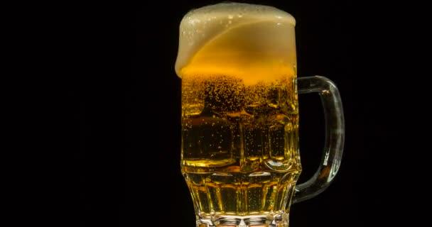 Plný hrnek oranžové pivo