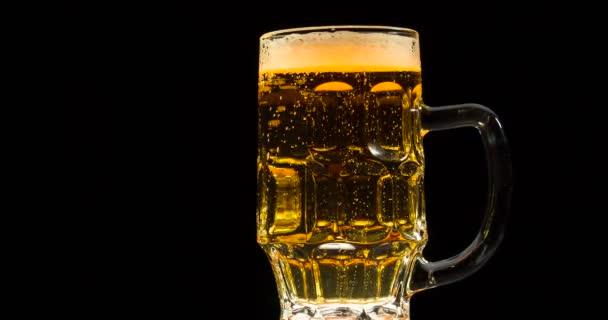 Světlé pivo hrnek se pomalu otáčí