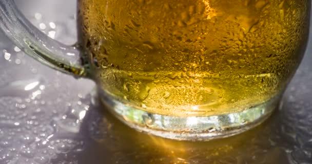 Džbánek piva se pomalu otáčí