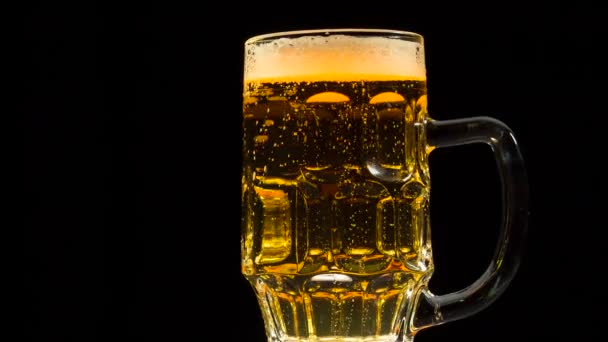 Lassan forog a korsó világos sör
