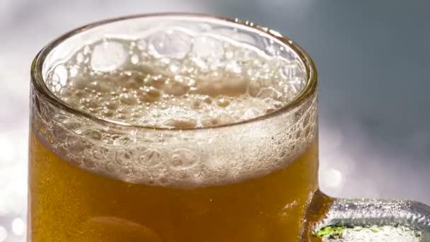 Egy kör sör lassan emelkedik buborékok