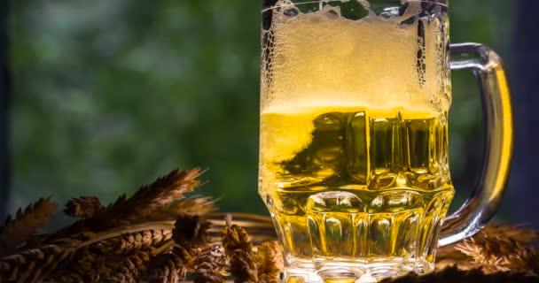 Jemně zářící hrnek piva