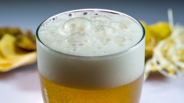 Pohár hideg sör- és snack