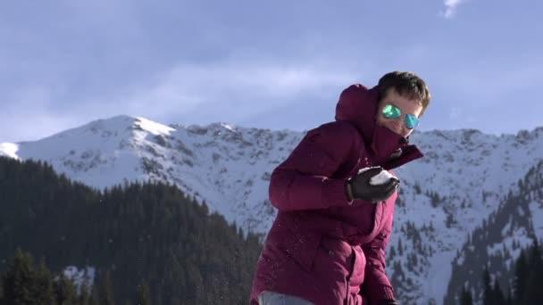 Mladá žena házet sněhové koule