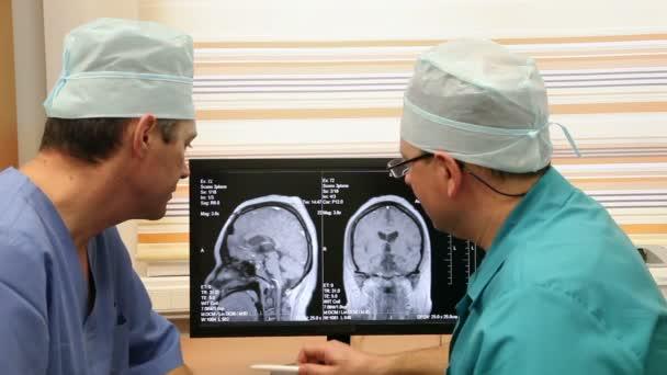 Reife Ärzte untersuchen Ct Scan