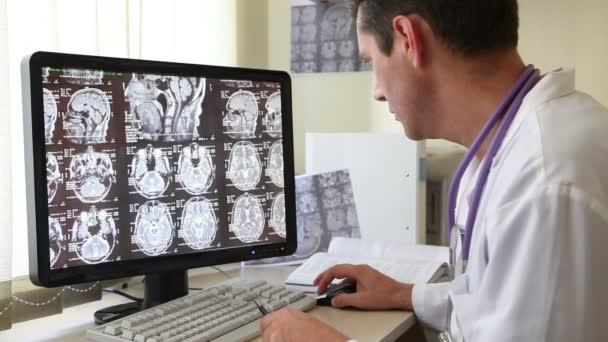 Arzt untersucht Ct-scan