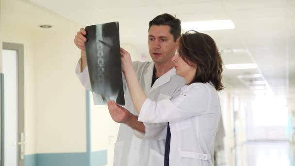 dva lékaři vyšetřují x-ray