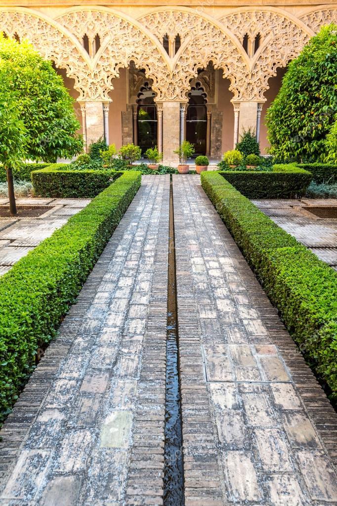 Jardin Arabe De Zaragoza En Espana Foto De Stock C Vichie81 100293844 - Jardin-arabe