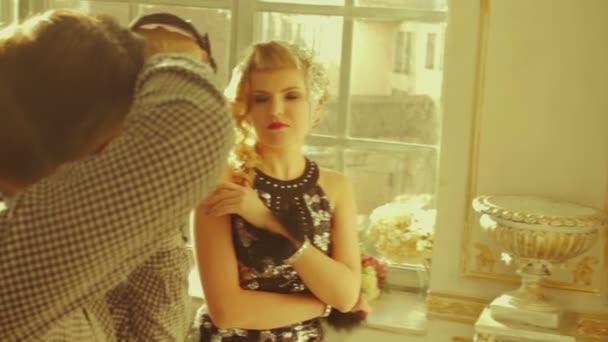 Model a fotografa pracují společně ve studiu