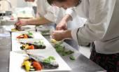 Práce kuchařů při práci v kuchyni restaurace