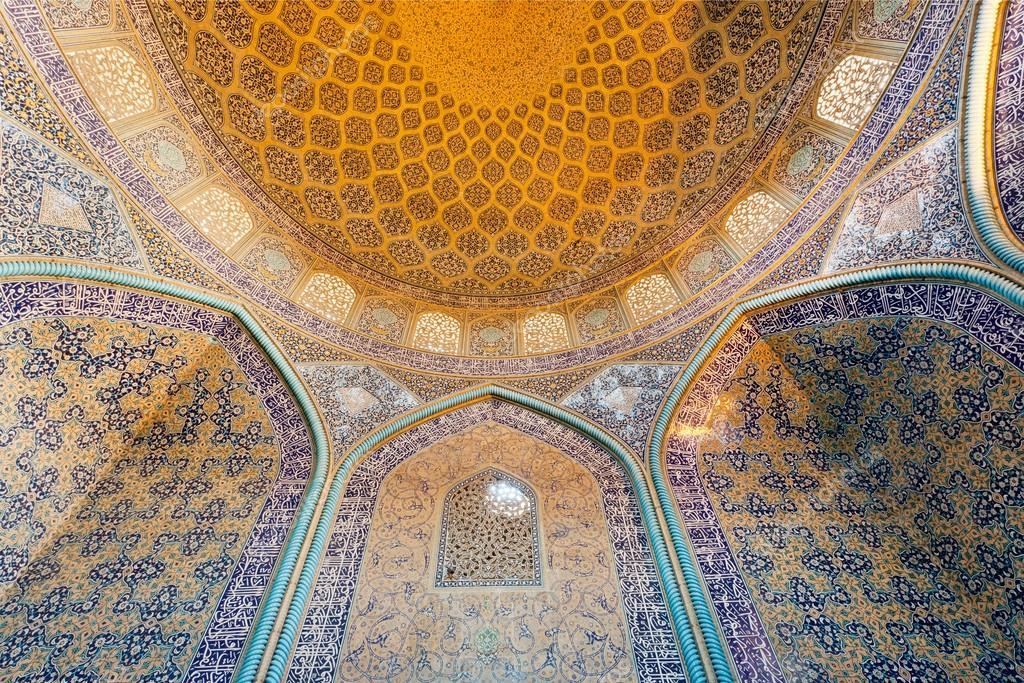 Interno della moschea persiana antica con tradizionale piastrella