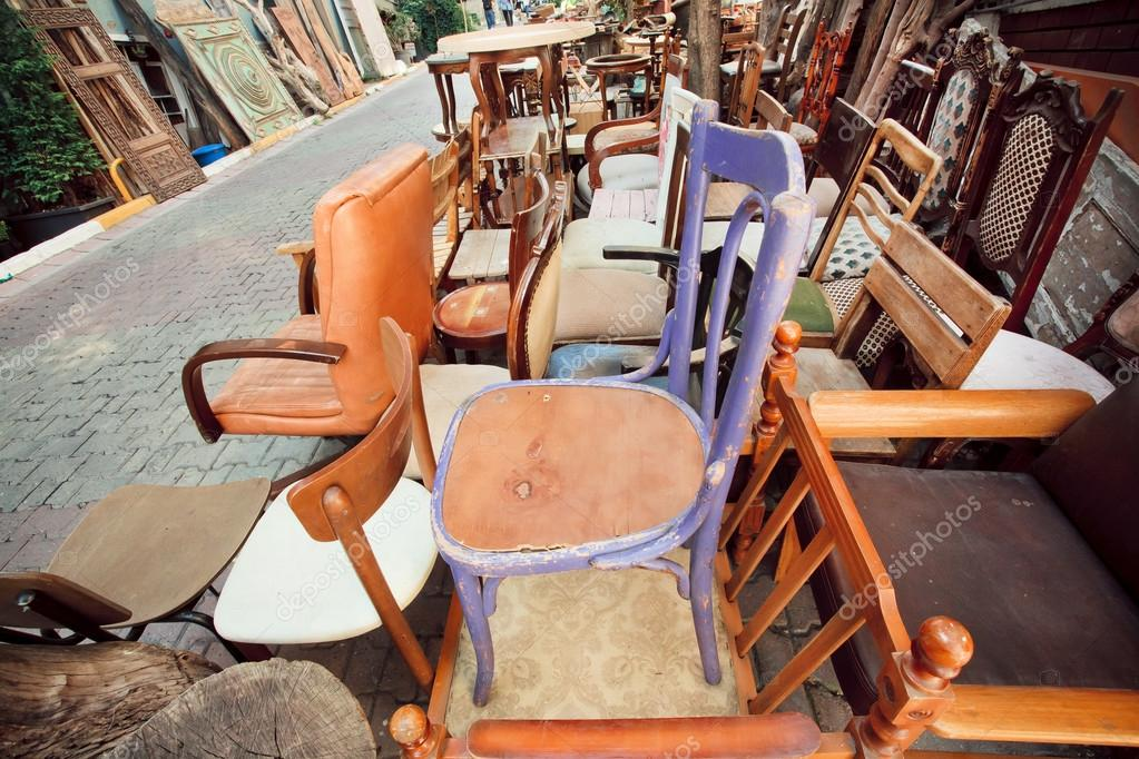 Venta de garaje con muebles de madera y sillas diferentes — Fotos de ...