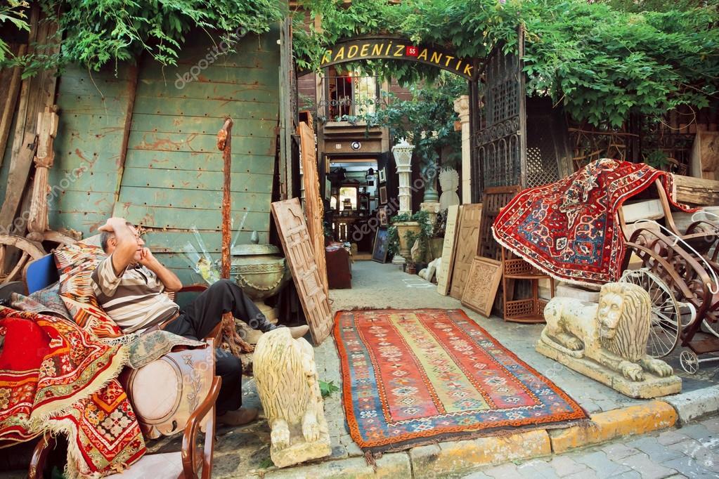 march aux puces avec des meubles anciens et tapis asiatiques photo ditoriale radiokafka. Black Bedroom Furniture Sets. Home Design Ideas