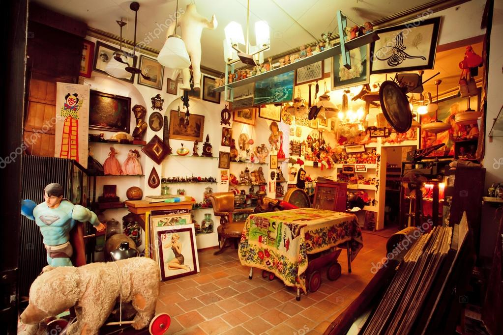 Antique shop with second hand furniture, toys, books and art-objects — Stock - Antique Shop With Second Hand Furniture, Toys, Books And Art-objects