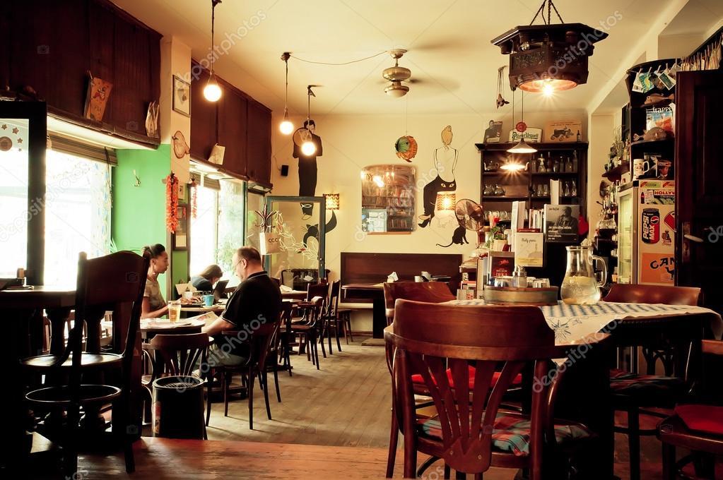 Interieur van klein caf met houten stoelen in de stijl van de oude appartement redactionele - Van interieur appartement ...