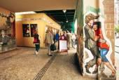 Berlíňané prochází kolem fast food obchod s Graffitim tančících lidí
