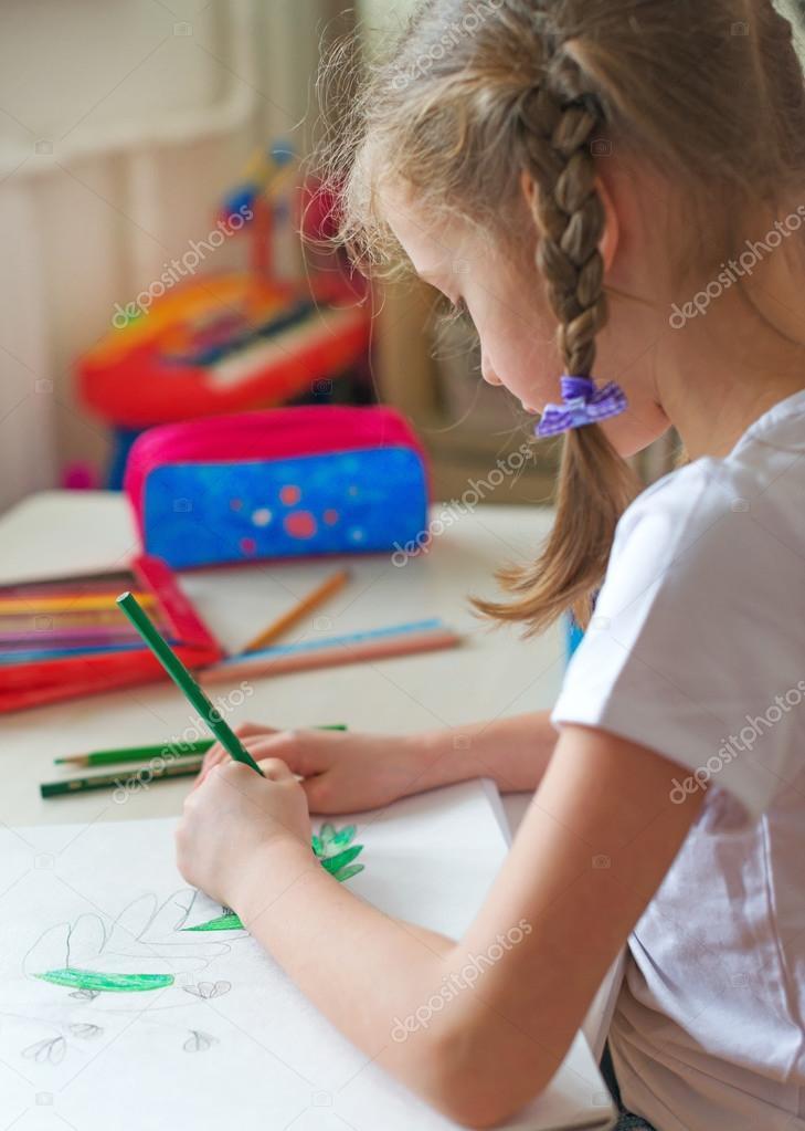 Kleines Madchen Zeichnen Mit Bleistift Zu Hause Stockfoto