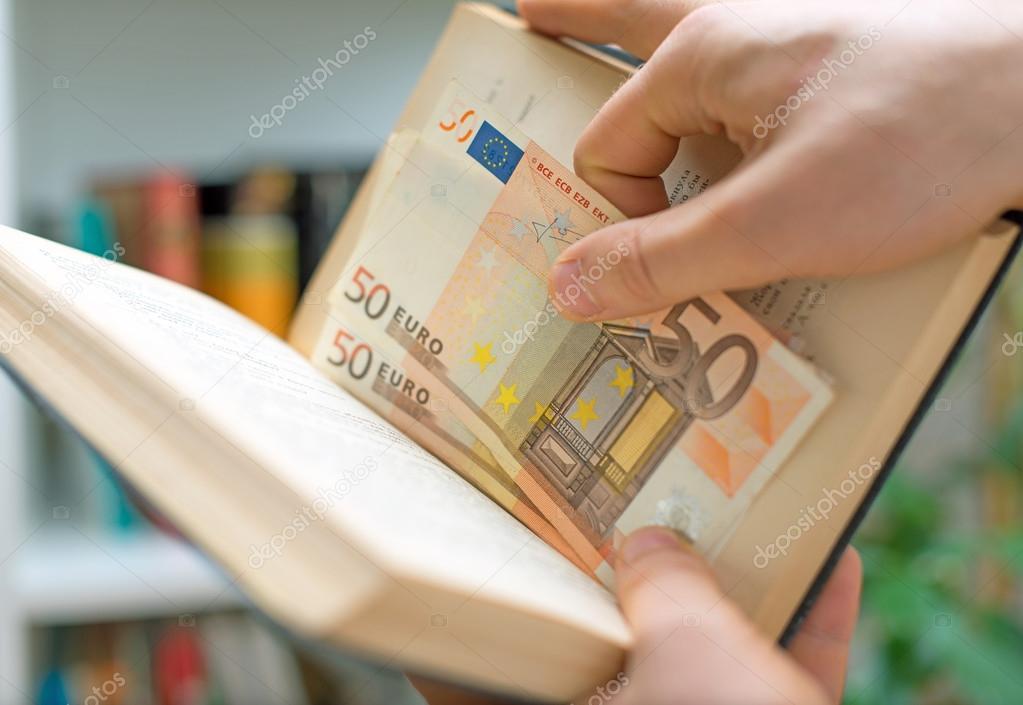 Mann Geld In Einem Buch Versteckt Geheimen Versteck Ort