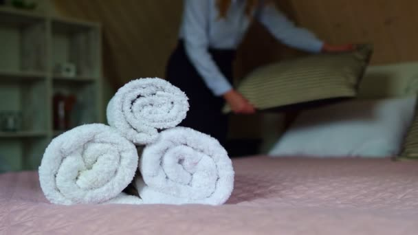 Hotelová služba. Žena dělá postel v hotelovém pokoji.