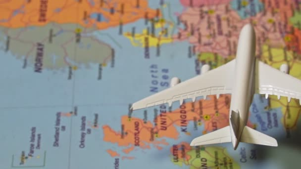 Hračky bílého letadla letícího nad mapou Evropy.