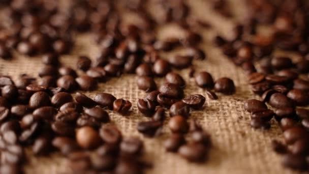 Čerstvě pražená káva na plátěném sáčku.