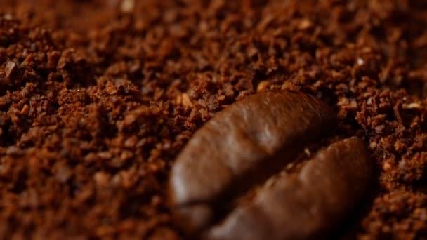 Makró kilátás kávébab és őrölt kávé.