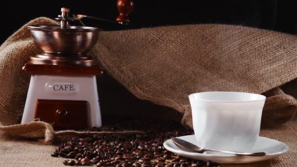 Horký šálek kávy, vinobraní mlýnku a zlaté cezve.