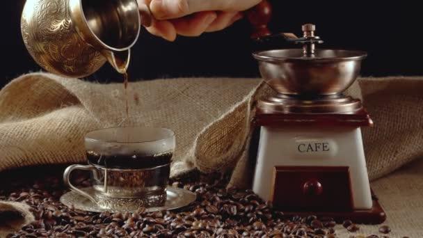Turecká káva nalévání z cezve.
