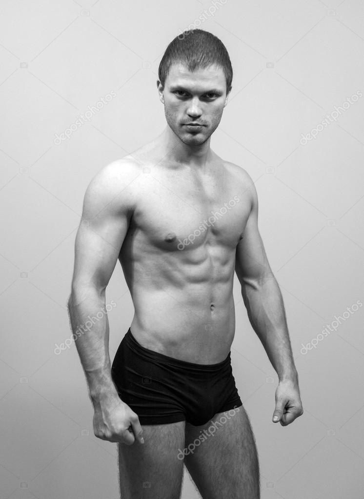 Muskulöse männliche Model posiert. Schwarz und weiß — Stockfoto ...