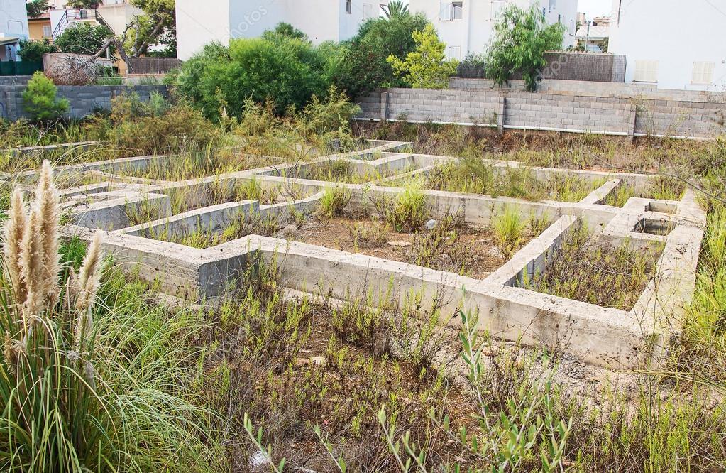 Vecchia abbandonata fondamenta di una casa in citt foto stock dmitrimaruta 65275199 - Fondamenta casa ...