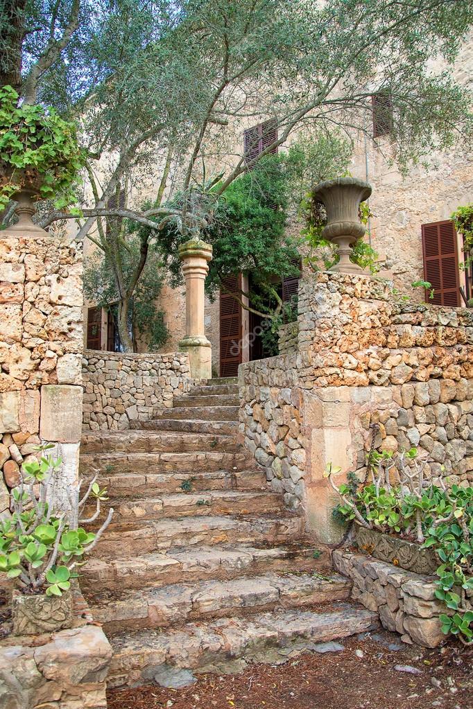 escalier de pierre menant la vieille maison photographie dmitrimaruta 66941177. Black Bedroom Furniture Sets. Home Design Ideas