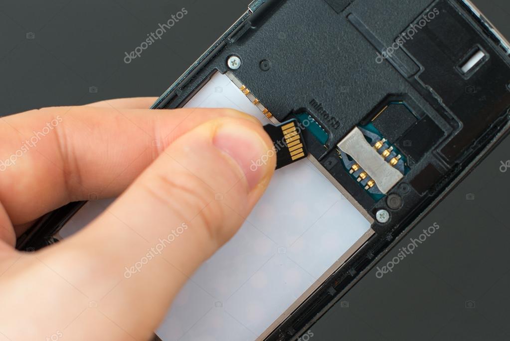 Micro Sd Karte Handy.Mannliche Hand Einlegen Micro Sd Karte Auf Handy