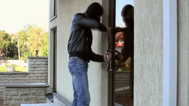 Lupič se snaží otevřít dveře, ale neuspěl