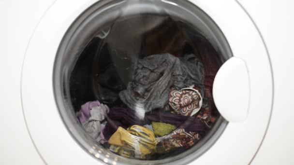 Pračka s špinavé oblečení. Prádelna