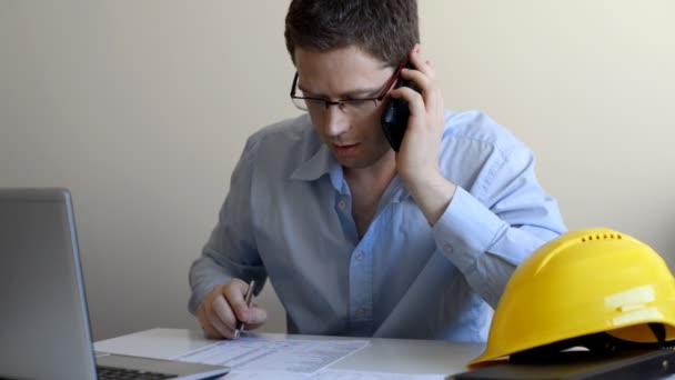 Architekt mluví po telefonu s klientem