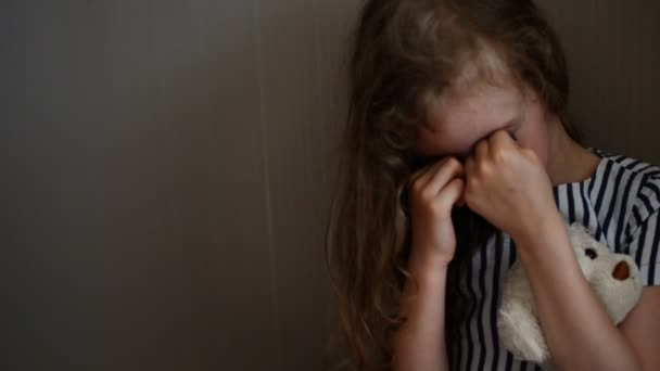 Holčička pláče v rohu. pojem domácí násilí