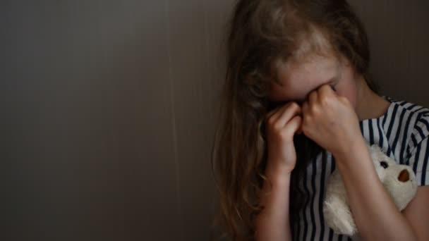 bambina piangere in un angolo. concetto di violenza domestica