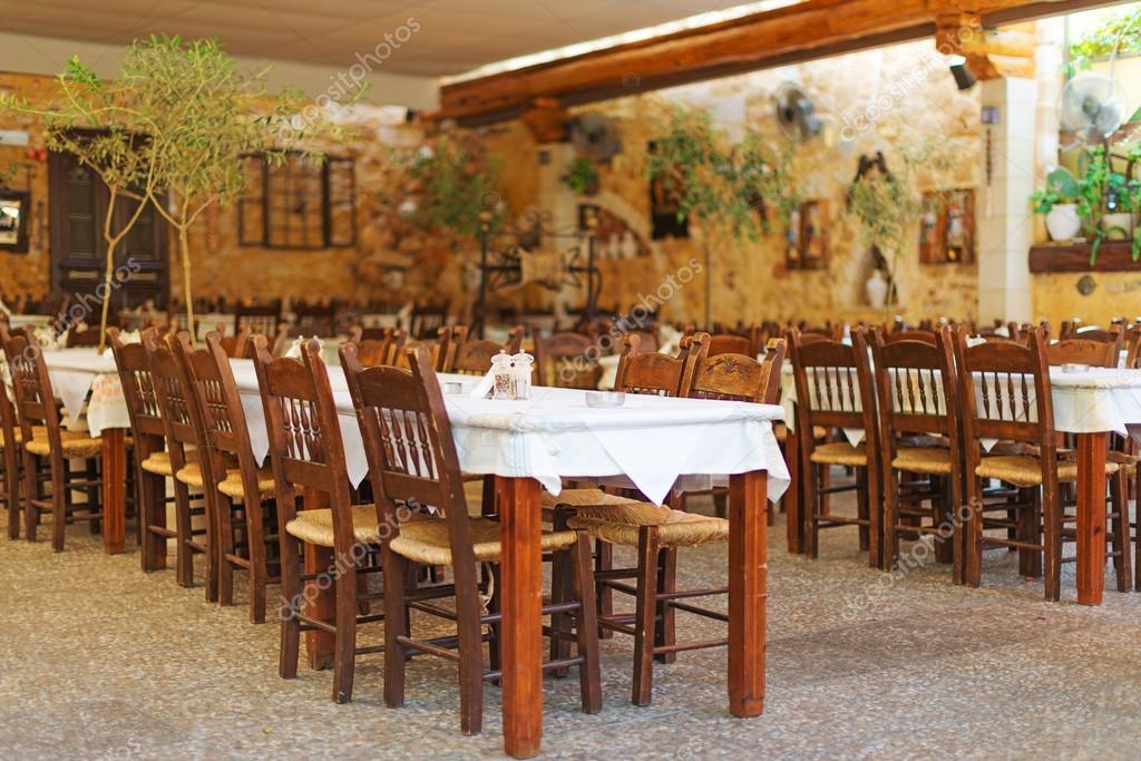 Mediterraan restaurant terras buitenkant met stoelen u stockfoto