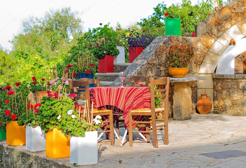 Mediterrane café terras buitenkant met stoelen u2014 stockfoto